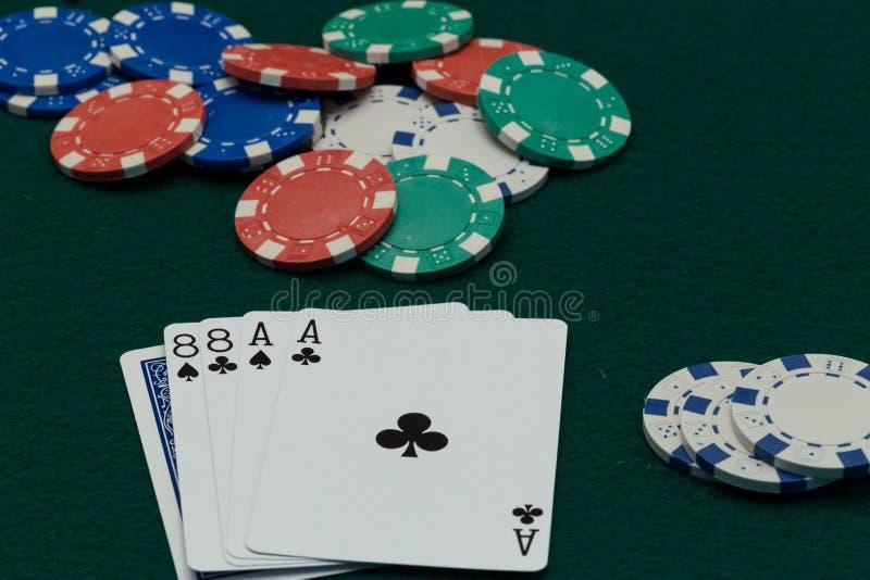 Pokerdöda Mans handen med chiper royaltyfria bilder
