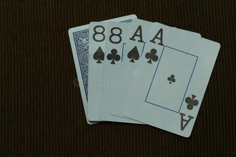 Pokerdöda Mans handen med det stora trycket för chiper royaltyfria foton