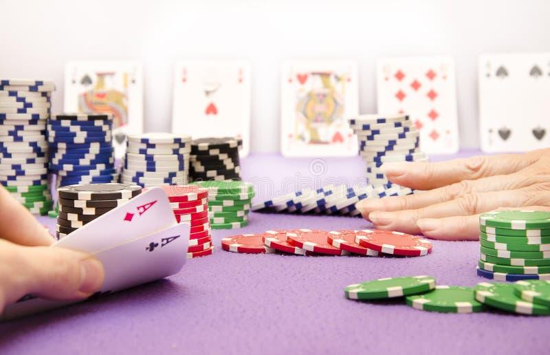 Pokerdamen går alla in royaltyfria bilder