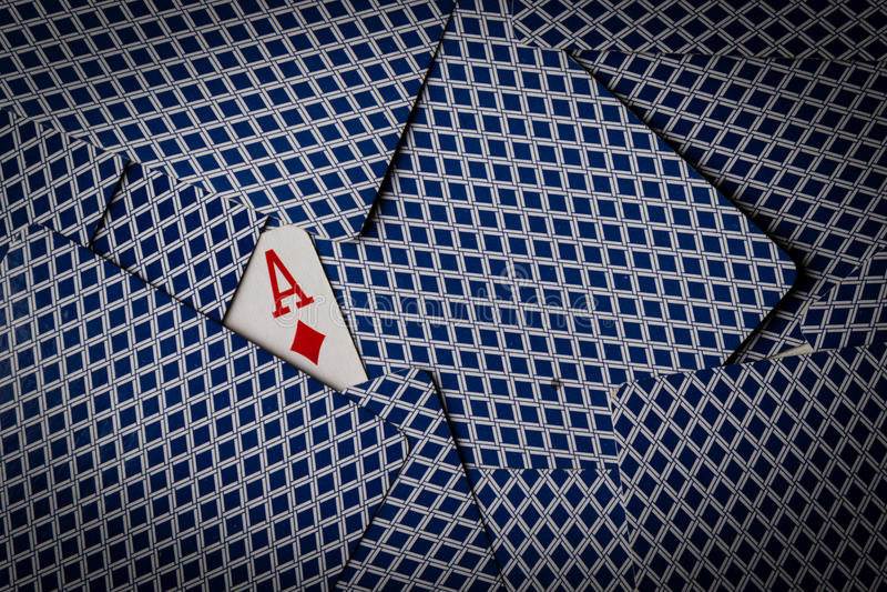 Pokerkort med överdängaren av diamantuppvisning royaltyfri fotografi