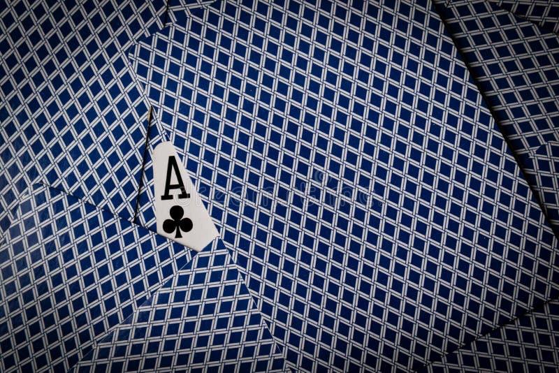Pokerkort med överdängaren av klubbauppvisning arkivfoton