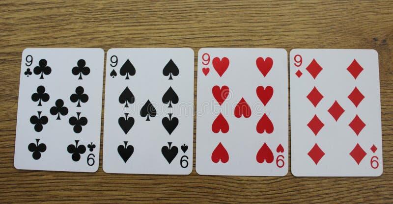 Pokerkort på en träbackround, uppsättning av nines av klubbor, diamanter, spadar och hjärtor arkivfoton