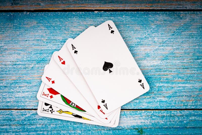 Pokerkort på gammal bakgrund fotografering för bildbyråer