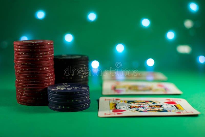 Pokerrum med kort och chiper royaltyfri foto