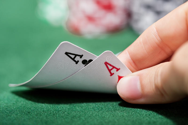 Pokerspelare som kontrollerar en para av överdängare arkivbild