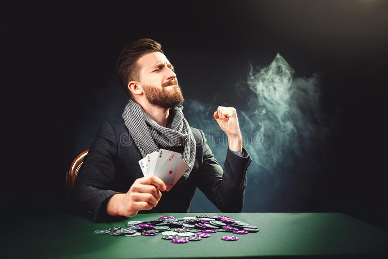 Pokerspelaren med kort segrar leken arkivfoto