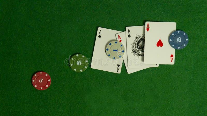 Pokertabel De combinatie speelkaarten Win in het casino Zwarte Jack Betting in de casi stock afbeelding