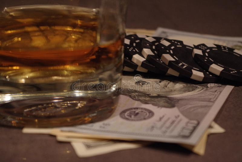 Pokertabell med pengar och whisky royaltyfri fotografi