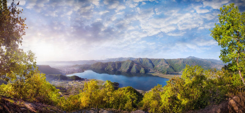 Pokhara湖全景 免版税库存图片