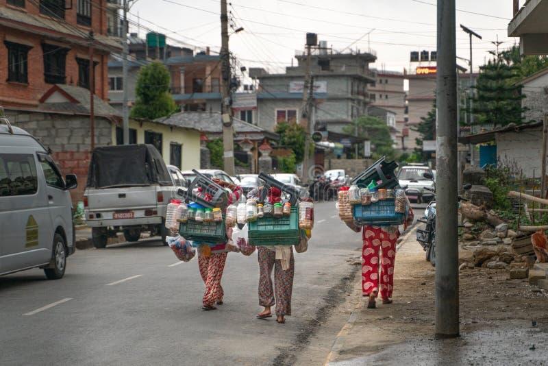 Pokhara/Νεπάλ-28 07 2019: Το νεπαλικό φορητό κατάστημα οδών στοκ φωτογραφία