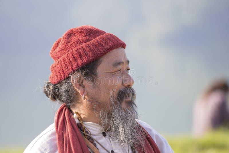 POKHARA, НЕПАЛ - 7-ОЕ ОКТЯБРЯ 2016: Тибетский лама проводит классы с людьми sunsurfers на раздумье и йоге около озера стоковое фото