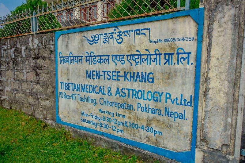 POKHARA, NÉPAL - 6 OCTOBRE 2017 : Signe instructif de centre médical et d'astrologie tibétains dehors à situé dans le Népal photos libres de droits