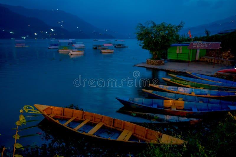 Pokhara, Népal - 4 septembre 2017 : Belle vue des bateaux sur le lac dans Pokhara Népal photo libre de droits