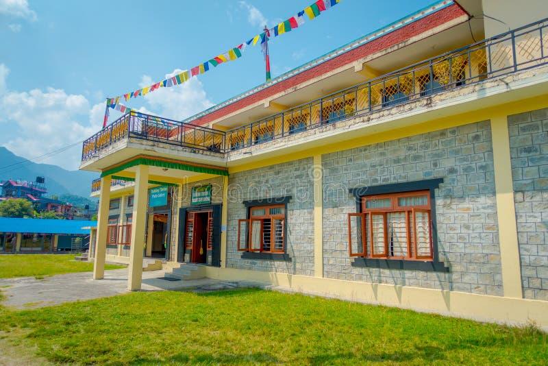 POKHARA, NEPAL - 6 DE OCTUBRE DE 2017: Vista al aire libre del edificio del sitio de la demostración de la alfombra de la comunid fotografía de archivo