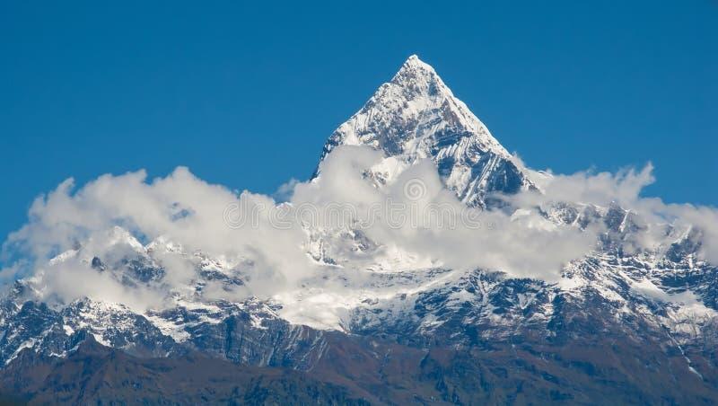 POKHARA, NEPAL: Het Himalayagebergte, Machapuchare-Fishtail op de achtergrond van blauwe hemel stock foto's