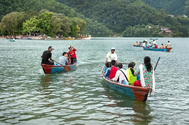 Pokhara Nepal, Lipiec, - 25, 2011: Turyści cieszą się łódkowatą przejażdżkę w szerokim Phewa jeziorze, naturalni kolory Phewa jez obrazy royalty free