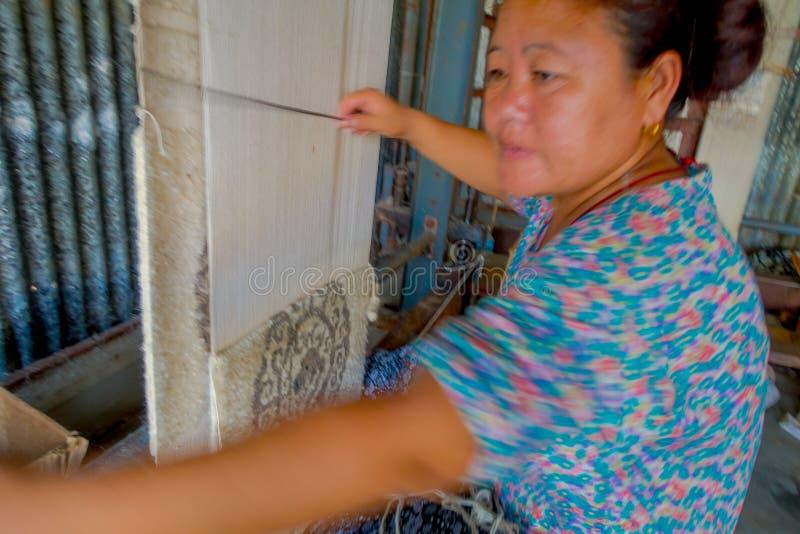POKHARA, NEPAL - OKTOBER 06 2017: Sluit omhoog van niet geïdentificeerde vrouw die aan weefgetouw de sjaalkleding van de producti royalty-vrije stock afbeelding