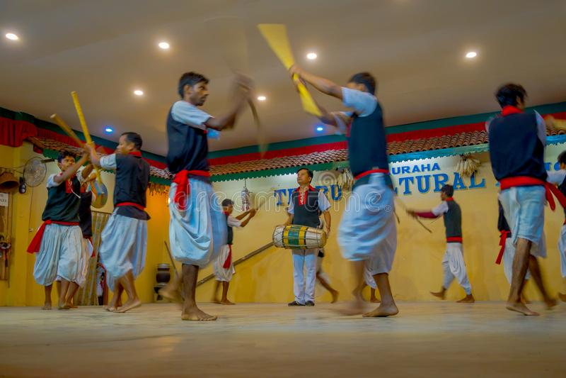 POKHARA NEPAL OKTOBER 10, 2017: Stäng sig upp av av gruppen av mannen som spelar traditionell musik och dansar för ett kulturellt royaltyfri foto