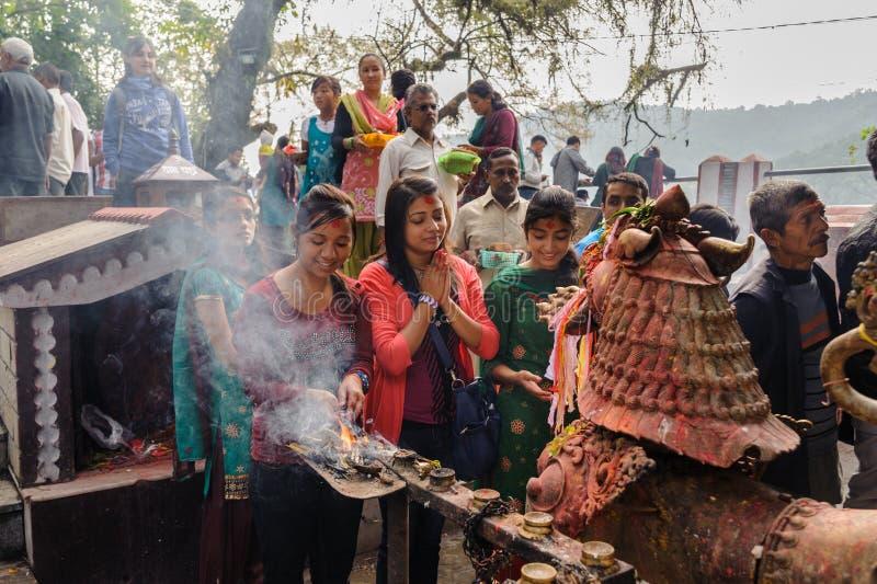 POKHARA, NEPAL - 29 OTTOBRE 2011: Punto di vista della gente pregante al tempio di Mandir-indù di Taal Barahi votato alla dea Dur fotografia stock libera da diritti