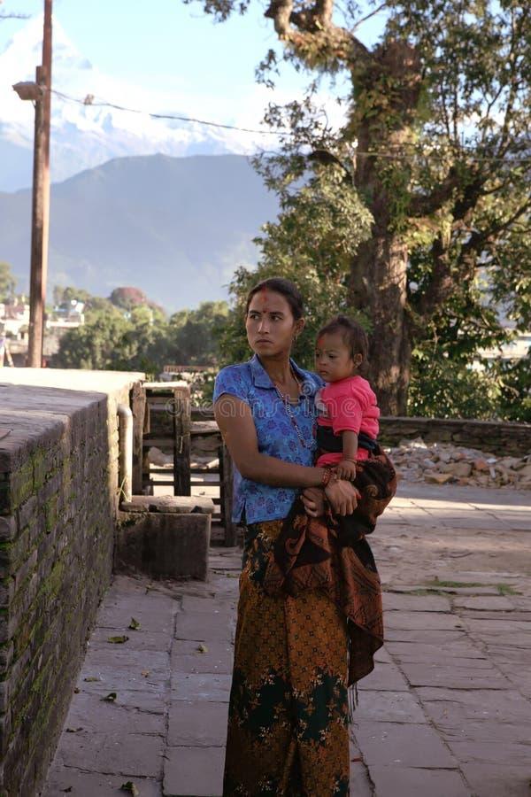 Pokhara, Nepal 25. September 2008: Junge Frau - hindischer Pilger mit einem kleinen Kind an einem hindischen Tempel der Göttin Du stockbilder