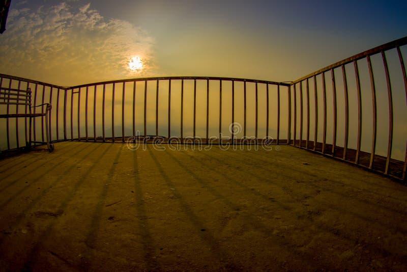 POKHARA, NEPAL, AM 4. SEPTEMBER 2017: Schließen Sie oben von metallischem Zaun tructure am Gipfel des Sarangkot-Ausblickpunktes i stockfotografie