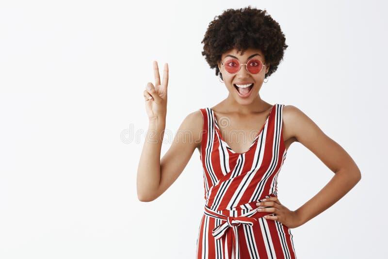 Pokojów faceci pozwalali my trząść przyjęcia Portret radosna gwarantuj?ca budz?cy emocje i elegancka amerykanin afryka?skiego poc zdjęcia royalty free