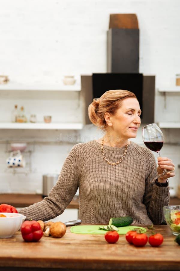 Pokojowa atrakcyjna kobieta z wiązany włosianym mieć spokojnego wieczór obrazy stock
