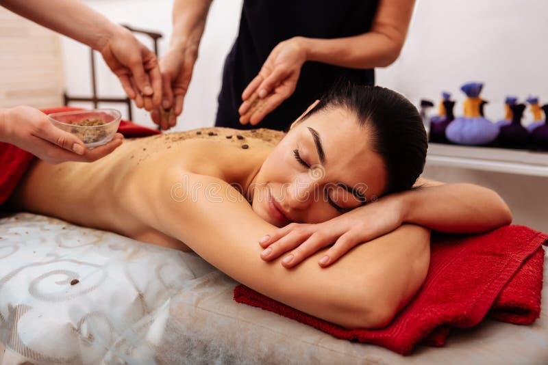 Pokojowa piękna dama cieszy się wszystkie korzyści kosmetyczna procedura obraz royalty free