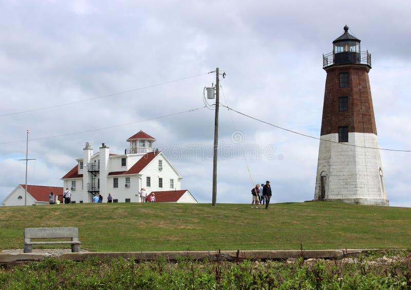 Pokojowa scena goście chodzi przez gazon widzieć latarnię morską, punkt Judith, Rhode - wyspa, 2018 fotografia stock