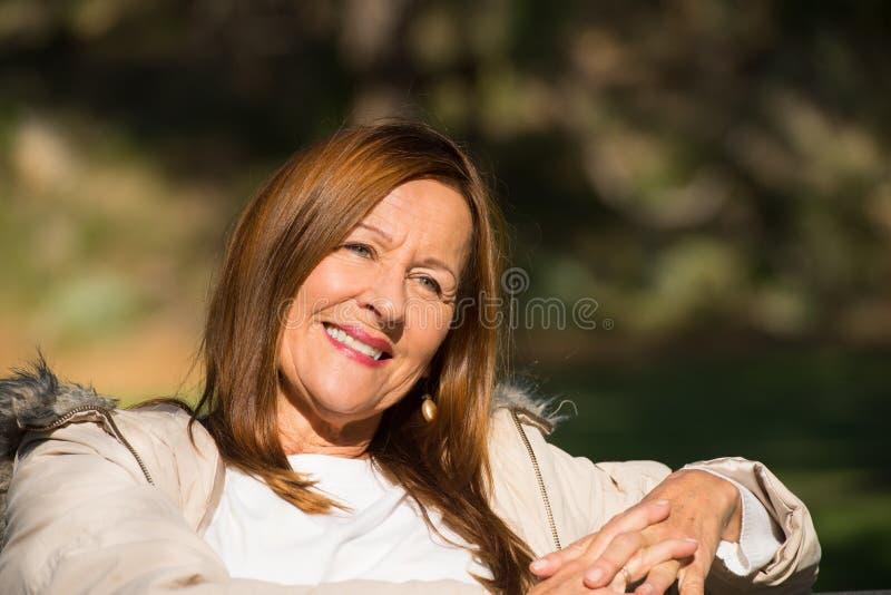 Pokojowa zrelaksowana atrakcyjna dojrzała kobieta zdjęcie stock