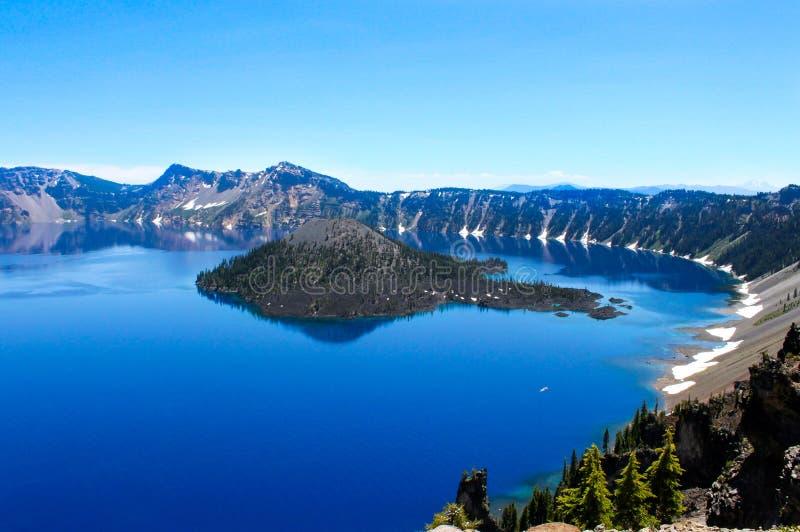 Pokojowe jezioro kraterskie z jasnoniebieskim niebem fotografia stock