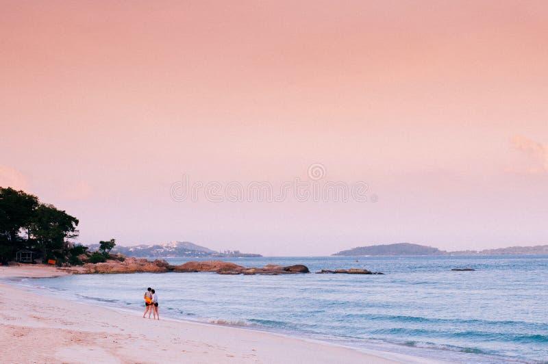 Pokojowe lato plaży menchie tonują zmierzch lub wschód słońca niebo w Samui, Tajlandia tropikalnym isalnd - obrazy stock