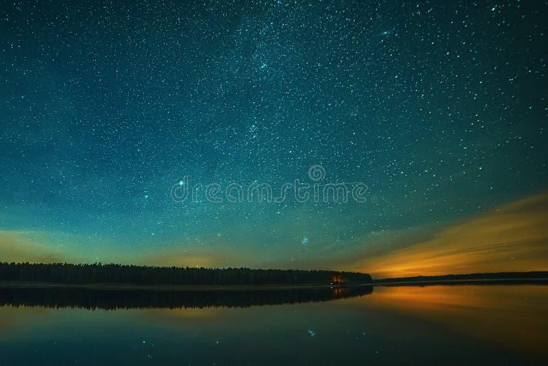 Pokojowe nocne niebo na tle rzecznego krajobrazu Estonia fotografia royalty free