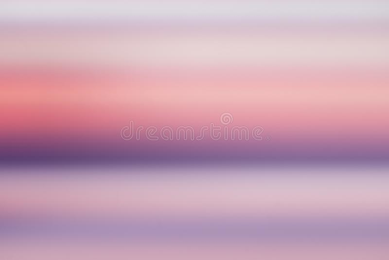 Pokojowej pojęcie Abstrakcjonistycznej plamy piękny purpurowy ocean z różowym niebo zmierzchu tłem ilustracji