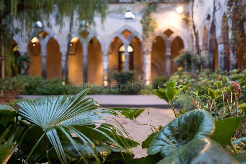 Pokojowi cloisters obok kościół San Francesco, Chiostro Di San Francesco w Sorrento na Amalfi/Suną zdjęcia stock
