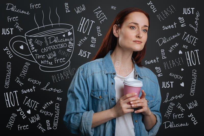 Pokojowi potomstwa matkują relaksować podczas gdy pijący smakowitą kawę fotografia royalty free