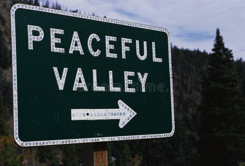 Pokojowy Dolinny kierunkowy drogowy znak obraz royalty free