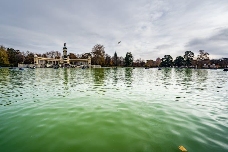 Pokojowy jezioro i zabytek królewiątko Alfonso XII w Parque Del Buen Retiro madrid zdjęcia stock