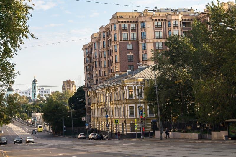 Pokojowy lato wieczór w Moskwa ulicie obrazy stock