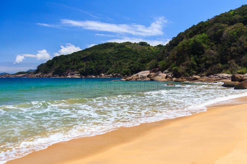 Pokojowy opróżnia plażę Grande wyspa Ilha, Brazylia zdjęcia stock