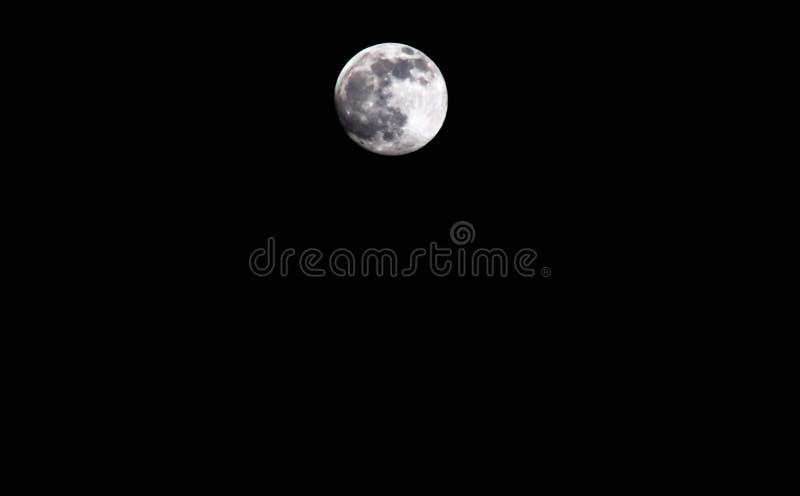 Pokojowy tło, ciemny nocne niebo z księżyc w pełni, obraz royalty free