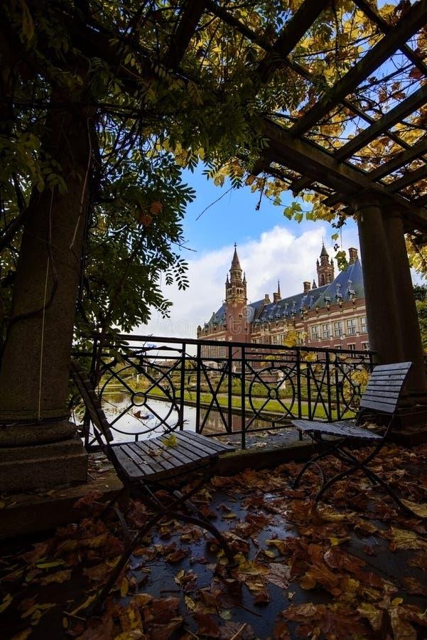 Pokoju pałac ogród w jesieni fotografia stock