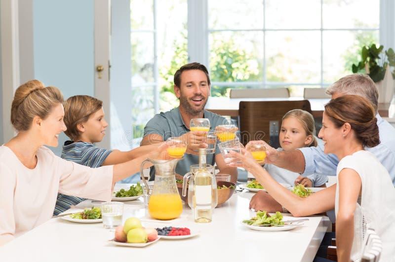 Pokolenie rodziny wznosić toast obrazy royalty free