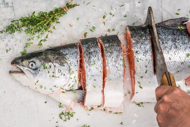 Pokrajać świeżego łososia i podprawy dla grilla zdjęcia stock