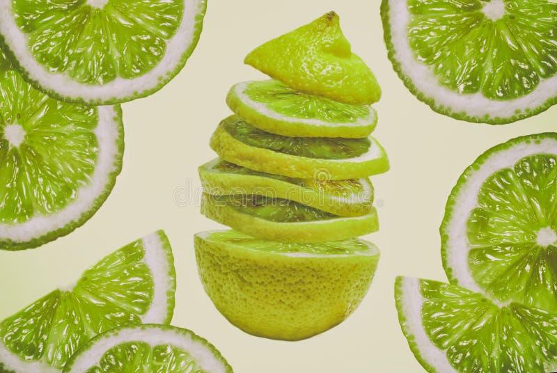 Pokrajać świeżego soczystego cytryny wapna zakończenia jaskrawego naszłego zielonego owocowego białego miękkiego tło fotografia royalty free
