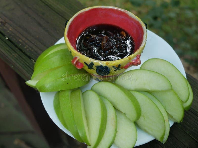 Pokrajać świeżego zielonego jabłka z maczanie kumberlandem fotografia stock