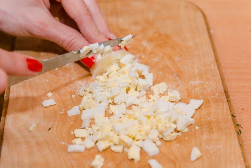 Pokrajać gotowanego jajko jajeczna sałatka kłopot zdjęcia royalty free