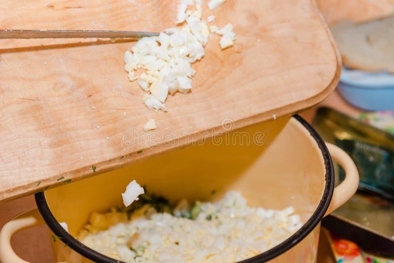 Pokrajać gotowanego jajko jajeczna sałatka kłopot obraz royalty free