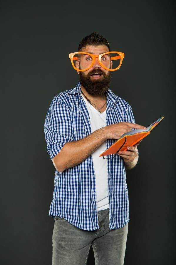 Pokraka i fajtłapa Brodaty mężczyzna w partyjnych szkieł czytelniczej książce Nauka głupka mienia lekcji książka Uniwersytecki mę zdjęcie stock