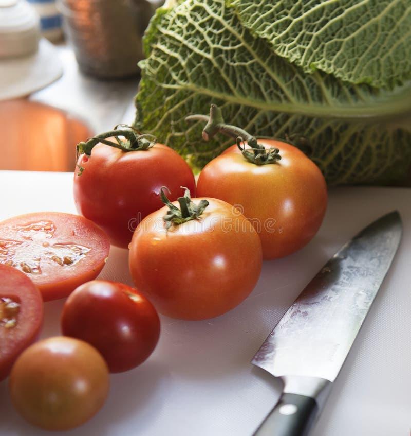 Pokrojeni świezi pomidory na tnącej desce zdjęcie royalty free